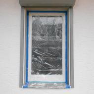 Einbau von neuen Kunststofffenstern in weiß, und Aluaußenrollladen in grau.