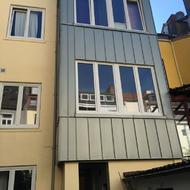 Austausch der gesamten Fensterelemente, inklusive Fassadendämmung und Fassadenverkleidung.