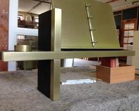 """""""Erinnerungsbuchhalter"""", gefertigt aus geräucherter Eiche, das Kreuz und der Buchhalter aus MDF mit einer Messinglackierung."""