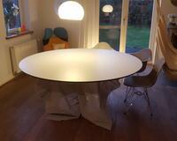 Runder Tisch, 1800mm Durchmesser, gefertigt aus MDF schwarz und mit weißem HPL belegt.