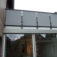 Balkonsanierung mit grau beschichteten HPL Platten.